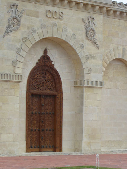 la porte sculptée de l'entrée principale vient du palais du Sultan de Zanzibar