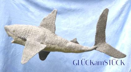 Eine Schultüte muß nicht immer eine spitze Zuckertüte sein. Ein Hai ist zur Einschulung ein origineller Begleiter, der auch danach noch lange Freude macht. Ich filze Ihnen gerne diese Schultüte.