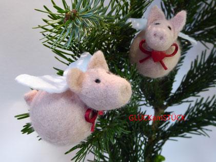 Eine besondere Weihnachtskugel: Ein Schwein mit Flügeln und Herzchen an der roten Schleife. Eine Sauglücklich, sozusagen. Ich filze Ihnen gerne eine solche Kugel.