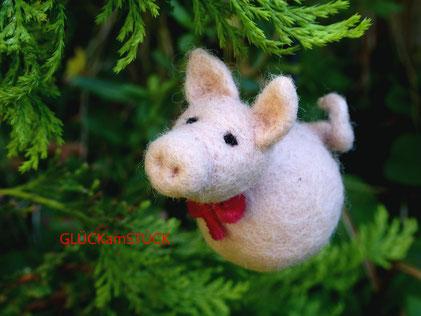 Weihnachtskugel Schwein. Mit dieser besonderen Weihnachtsdekoration stehen Sie auch ein vegetarisches Fest tierisch gut durch. Auch zu Silvester paßt sie und soll Ihnen Glück bringen.Jede Kugel wird von mir gefilzt.