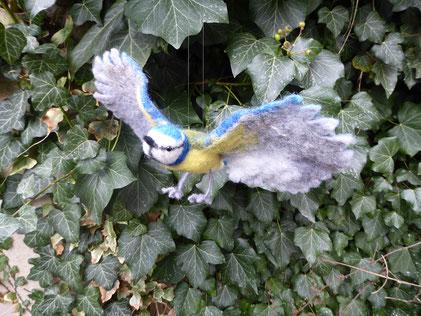 Diese Balumeise ist zur Dekoration gedacht. Sie ist aus Filz und hat Draht in Flügeln und Beinen sowie Glasaugen.  Der Vogel kann am Nylonfaden aufgehängt werden.