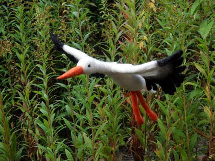 Ob als Frühlingsbote oder Klapperstorch: Dieser Storch aus Filz macht Freude. In den Beinen und Flügeln befindet sich Draht. Er kann als Fensterdekoration aufgehängt werden oder über einem Wickeltisch schweben.