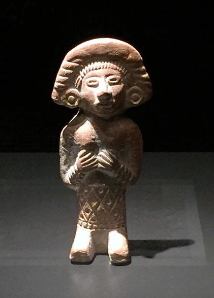 Frauenfigur aus Keramik, bekleidet mit einem Wickelrock mit Rautenmuster, aztekisch