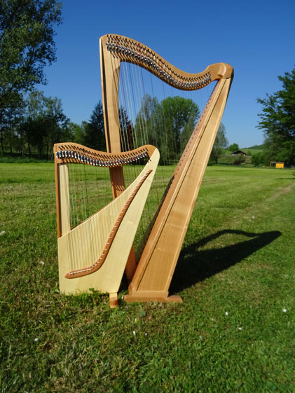 Size comparison: Travel harp Luna - normal sized celtic harp