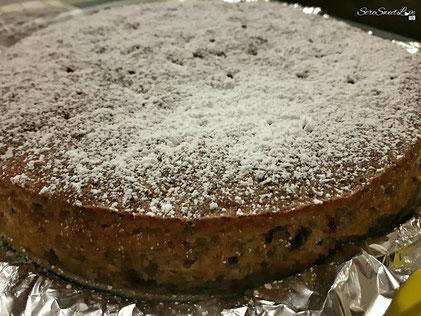 Torta sfornata con aggiunta di zucchero a velo