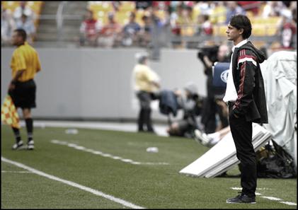 Filippo Inzaghi, impuissant, assiste à la déroute des siens contre Man. City (5-1).