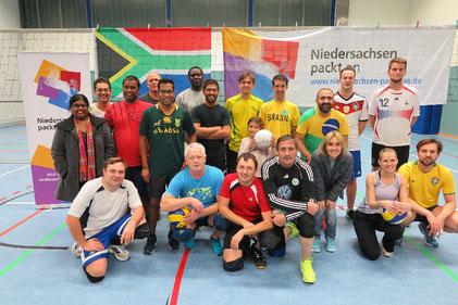 Baggern und Pritschen beim Volleyball beim CVJM Wolfsburg im Rahmen der DANKE-Aktion des Bündnisses 2016