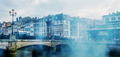 Tåregasskyer over Biarritz