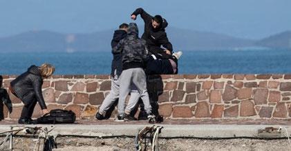 En gruppe fascister overfalder en journalist ...