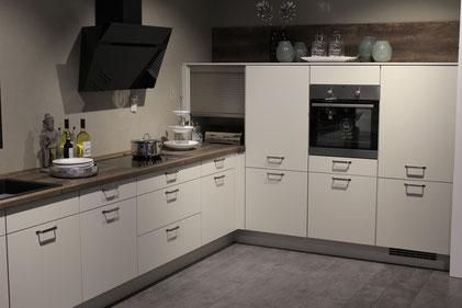 Bei einer Einbauküche können als Arbeitsplatte Holz, Granit oder Keramik verbaut werden