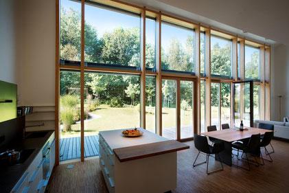 Große Formate liegen im Trend, denn Helligkeit und Transparenz geben beim Wohnen den Ton an. Pfosten-Riegel-Verglasungen von Kneer-Südfenster eröffnen neue Perspektiven. Foto:Kneer-Südfenster