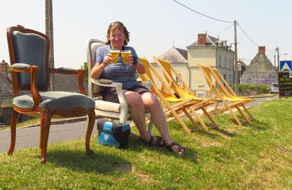 Kein Platz im Restaurant. Wir trinken das Bier bequem auf dem Loiredamm.