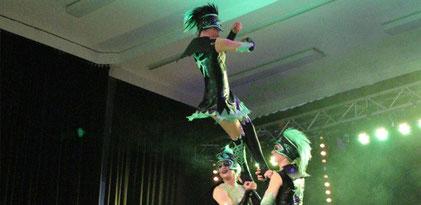 """Zum letzten Mal hieß es nun die """"Spinnen"""" krabbeln bzw. tanzen zu lassen und das Publikum mitzureißen."""