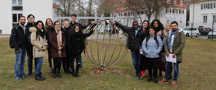 Ein Teil der neu in Worms angekommenen ausländischen Studierenden bei ihrer Campustour. Foto: Hochschule Worms
