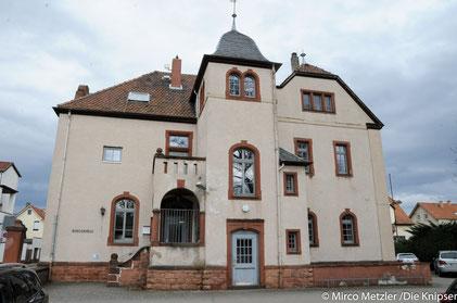 Das Jugendhaus Osthofen am Unteren Flutgraben, ist völlig marode. Als Ausweich-Standtort bis die Sanierung des Jugendhaus abgeschlossen ist oder ein Abriss erfolgt wird es seinen Platz im Bürgerhaus finden.
