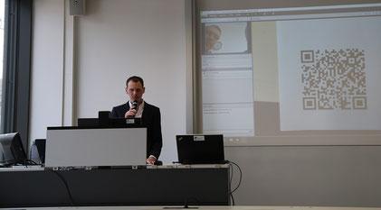 """Steven Schuhmacher, verantwortlich für das Projekt """"Massive Remote Teachting"""" an der Hochschule Worms, führt in die neuen Lehrszenarien ein, die mit der erweiterten Technik möglich werden. Foto/Hochschule Worms"""