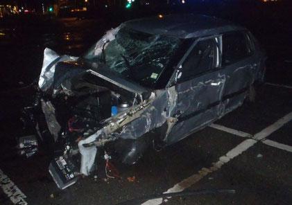 Das Bild zeigt den stark beschädigten PKW des Unfallverursachers.