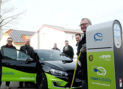 Landrat Ernst Walter Görisch (rechts) testet die E-Ladesäule zusammen mit den Kollegen aus Verwaltung und EWR. Foto: EWR