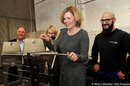 (von links) MdL Adolf Kessel, Julia Schnitzler, Julia Klöckner und Mitarbeiter des Strassburger Filter Gmbh und Co. KG.