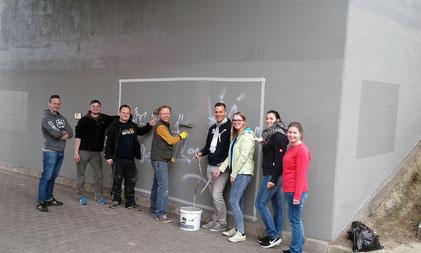 Pinsel siegen über Spraydosen: mit einer Aktion, die quer durch Rheinhessen ging, haben der Bundestagsabgeordnete Jan Metzler und die Junge Union (JU) Kreisverbände aus Worms, Alzey-Worms und Mainz-Bingen vielerorts Graffiti-Schmierereien beseitigt.