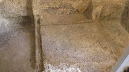 Каменная ниша внутри гробницы