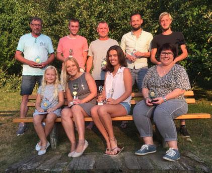 Die erfolgreichen Teilnehmer der Tennis-Vereinsmeisterschaften des FCE.