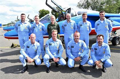 Amandine Henry avec les pilotes de la Patrouille de France à la BA 107 de Villacoublay.