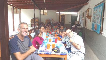 Padre Fabio und die Kinder und Jugendlichen sagen Danke