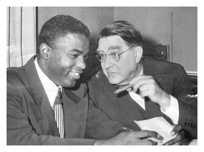 Jackie Robinson e Branch Ricley nello storico momento della firma per i Brooklyn Dodgers