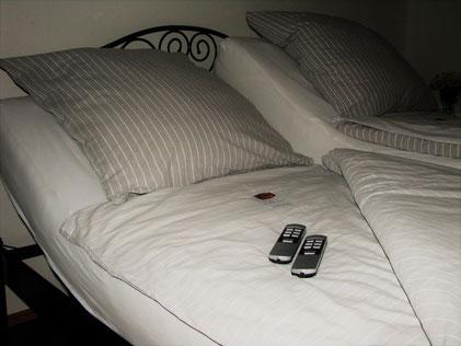 Mit zwei Fernsteuerungen lassen sich Kopf- und Fußteile des Doppelbetts in der Wohung Regenbogen getrennt verstellen.