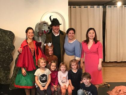 v.l. Rotkäppchen (Elisabeth Jahrmann), Wolf (Michael Weiland), Der Jäger (Philipp Landgraf), die Großmutter/Mutter (Isabella Kuess), Klavier (Theresia Lu Bai)