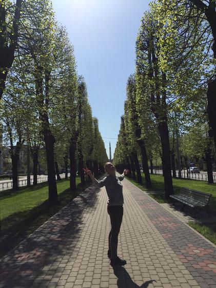 Josephine vor dem Freiheitsdenkmal in Riga