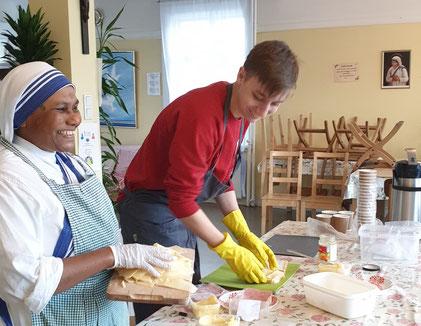 Schwester Timothy und Lorenz machen Sandwiches (Foto: Lucy)