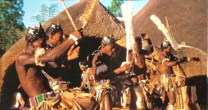 Genau wie im Rest von Arika spielt Tanzen in Südafrika eine zentrale Rolle bei allem, von einer jahreszeitlich bedingten Feier oder einer Zeremonie des Erwachsenwerdens bis hin zu einer Form der Kommunikation mit den Geistern.