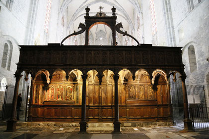 Le jubé et l'entrée du chœur  tout en boiseries de la cathédrale Sainte-Marie de Saint-Bertrand-de-Comminges, haut lieu du tourisme régional dans le grand sud