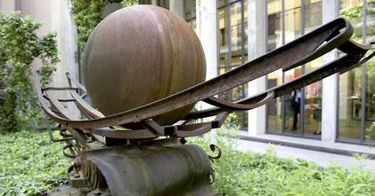 Ausgleich zum Büroalltag: Eine Skulptur des Berner Künstlers Bernhard Luginbühl.