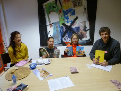 Nico Link (rechts) mit zwei Schulsiegerinnen während des Vorlese-Coachings © Jens Juhre
