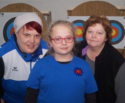 Mandy Schwotzer, Leonie Hohmann und Ramona Tesch (von links). Mandy und Leonie aus Wolmirstedt sind Bogensport-Landesmeister. Foto: Alpha-Report
