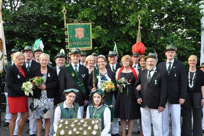 von links: Barbara und Peter Sauer, Marita und Jürgen Langenbach, Prinzregent Reinhold Nienkemper, Jutta Mefus, Königin Dorothee Nienkemper, Dieter Mefus, Angelika Tipkämper, Silke Krabbe, Bernhard Tipkämper, Michael Krabbe.