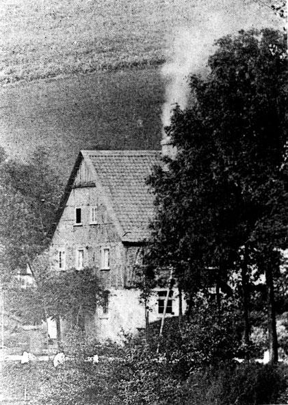 Vergrößerung aus dem einzigen vorhandenen Foto von Bauerdicks Anwesen am Ufer der Wenne (Foto um 1900/1910)