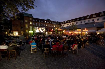 Foto einer Freiluft-Kinoaufführung bei der Evangelischen Stiftung Alsterdorf in Hamburg
