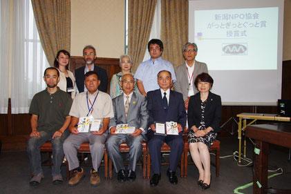 2013年受賞団体と当法人三役の記念写真