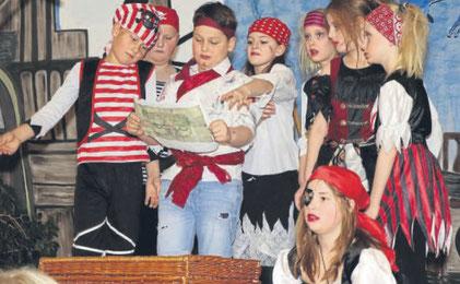 """""""Piraten lesen nicht!"""" - Viel Spielfreude, tolle Kostüme und eine starke Aufführung boten 17 Schulkinder der weiten bis vierten Klassen der CFS. Fotos: Jutta Ochs"""