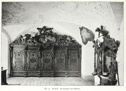 Abb. 1: Blick auf die Südwand der Ensdorfer Sakristei (Foto: Mader, 1908, Fig. 43, Digitalisat: https://digi.ub.uni-heidelberg.de/diglit/kdb_amberg/0079).