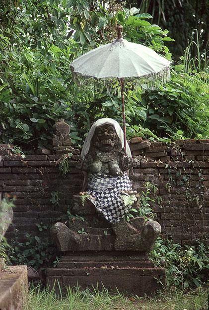 Statue der Hexe Rangda im Totentempel Pura Dalem, Zentral-Bali. Nikon F4. Foto: bonnescape 1993