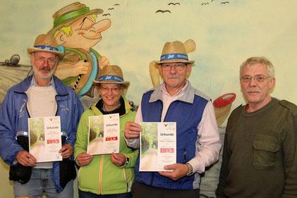Vorsitzender Alfred Thoma, Isolde Reißig und Edgar Jungkunz haben den gesamten FrankenwaldSteig erwandert. Dafür erhielten Sie von zweiten Vorsitzenden Reinhard Reißig eine Urkunde.