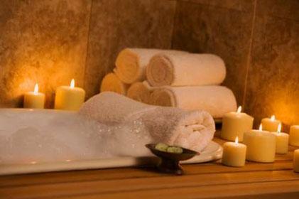 Spa con toallas blancas y velas encendidas