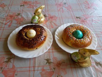 Mona - das typische Ostergebäck mit einem Osterei in der Mitte.