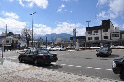 B.信子と西脇がタクシーを待つシーンはここ