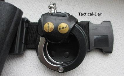 ASP Handschellen in einem sehr guten Halter vom Cop-Shop.